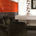 Murs: 20x50 white, Smoke et Red, listel métal 2,4x50, 20x50 décor Flowers white/red Sol: 30x30 Smoke rectifié